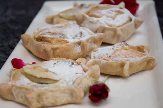 עוגיות ממלאות בריקוטה וחמוציות וקסמי בצק להכנת פסטה